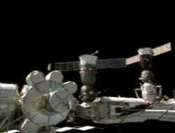 Amarradas a los espigones de atraque de la Estación Espacial Internacional, se pueden ver a la Soyuz TMA-2 de la tripulación Expedición 7, a la izquierda, en el módulo Zarya y la recién llegada  Soyuz TMA-3 de la Expedición 8, amarrada al módulo Pirs (derecha). Foto: NASA TV/Spaceflight Now