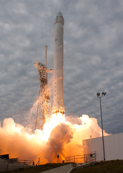 spaceflight now dragon mission report dragon 39 s flight to space station put on hold. Black Bedroom Furniture Sets. Home Design Ideas