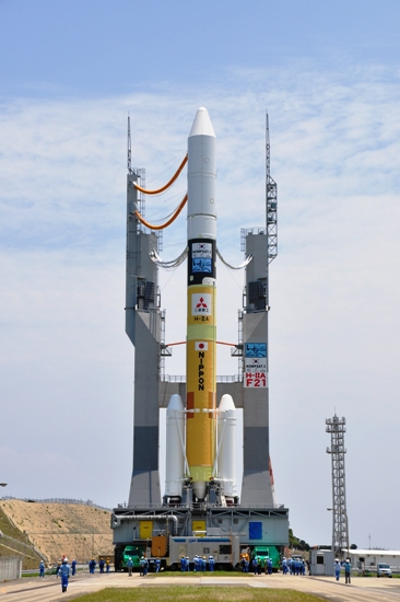 H 2a  >> Spaceflight Now H 2a Launch Report H 2a Rocket Moves To Launch Pad