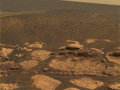 Les 'perles martiennes' tapissent-elles la surface de la plaine environnante ? (crédit : NASA/JPL)