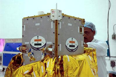 Técnicos indios con el impactor