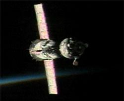 La nave Soyuz TMA-5 se acerca a la estación para atracar en el amanecer orbital. Credito: NASA TV