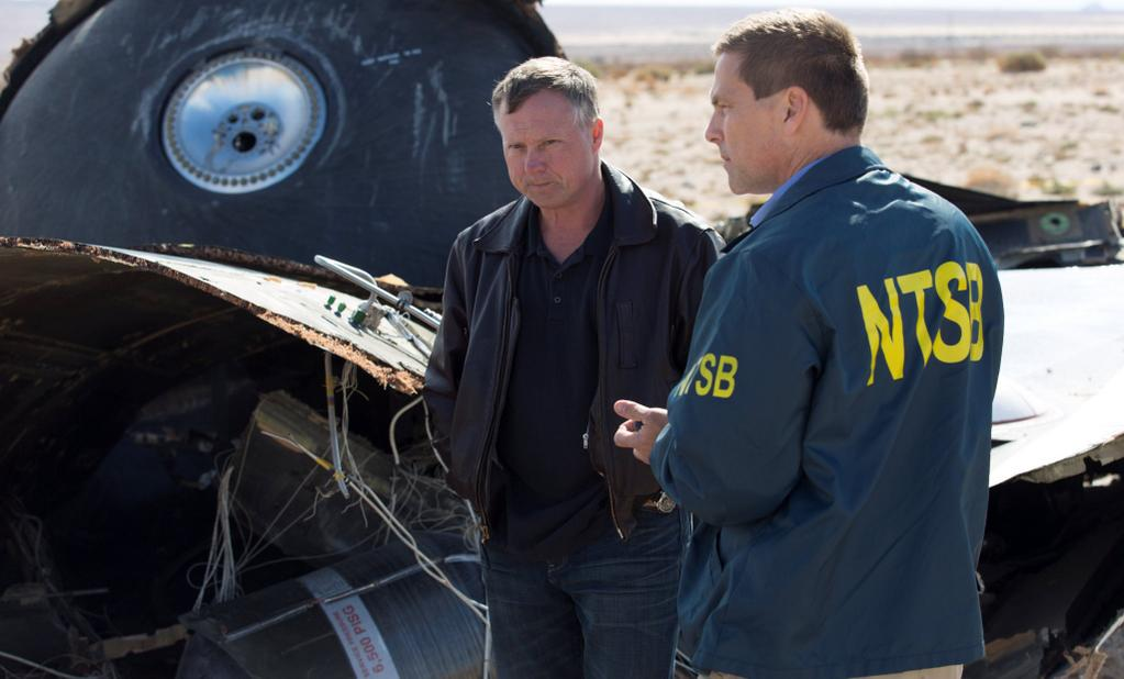 Virgin Galactic pilot Todd Ericson, left, looks over wreckage from the SpaceShipTwo rocket plane with NTSB investigator Joe Sedor. Image: NTSB.