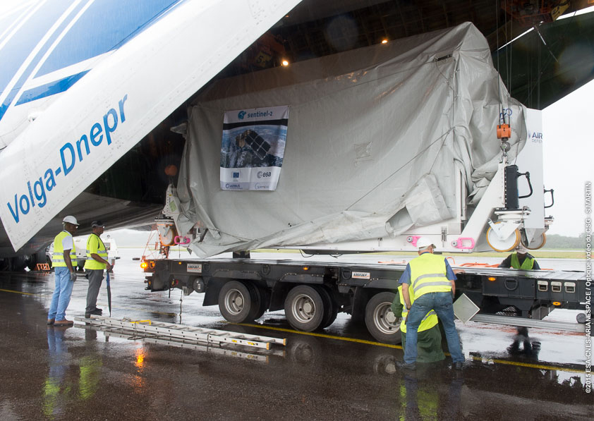 Ground crews unload the Sentinel 2A satellite from the Antonov An-124 cargo plane at the airport in Cayenne, French Guiana. Credit: ESA/CNES/Arianespace – Photo Optique Video du CSG – S. Martin