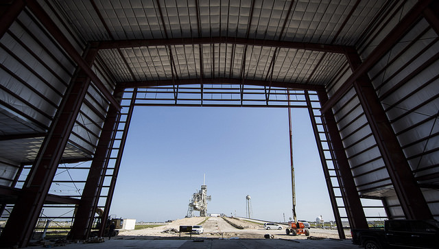 SpaceX is building a hangar at Kennedy Space Center's launch pad 39A to support heavy-lift rocket launches and crewed missions. Credit: SpaceX