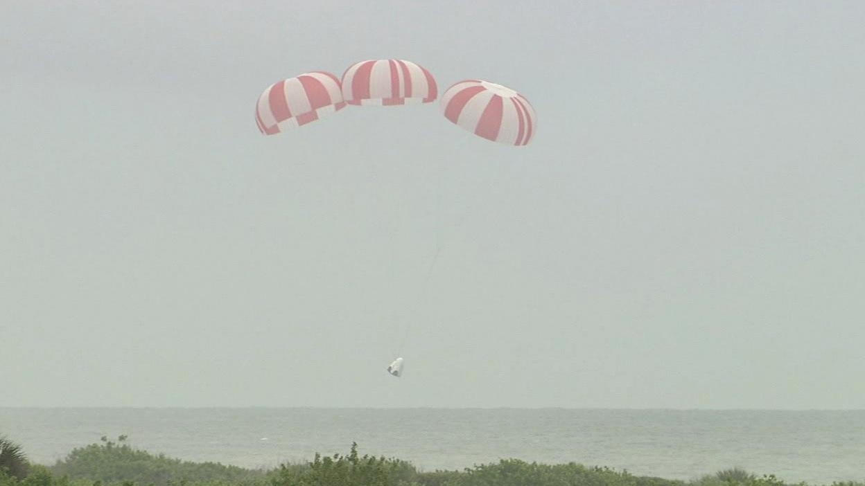 The prototype Crew Dragon capsule descends to the Atlantic Ocean after Wednesday's abort test. Credit: NASA TV/Spaceflight Now