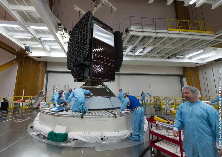Technicians attach the Sky Mexico 1 satellite on the lower position of the Ariane 5 rocket's dual-payload stack. Credit: ESA/CNES/Arianespace – Optique Video du CSG – P. Baudon