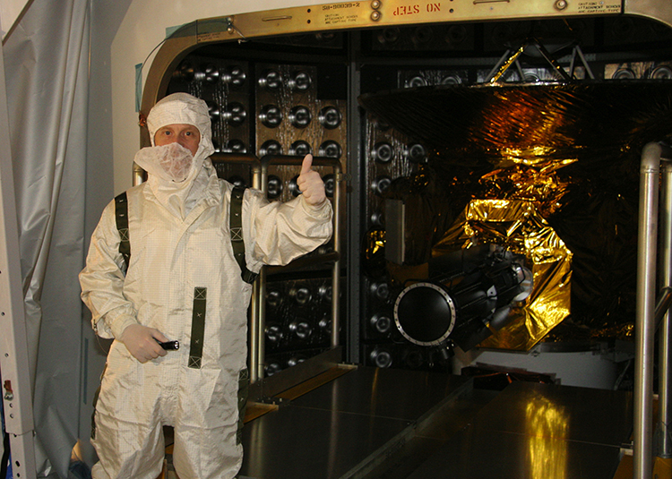 Alan Stern gives a thumbs-up before the final door is closed on the New Horizons spacecraft aboard an Atlas 5 rocket prior to launch from Cape Canaveral in January 2006. Credit: NASA/JHUAPL/SWRI