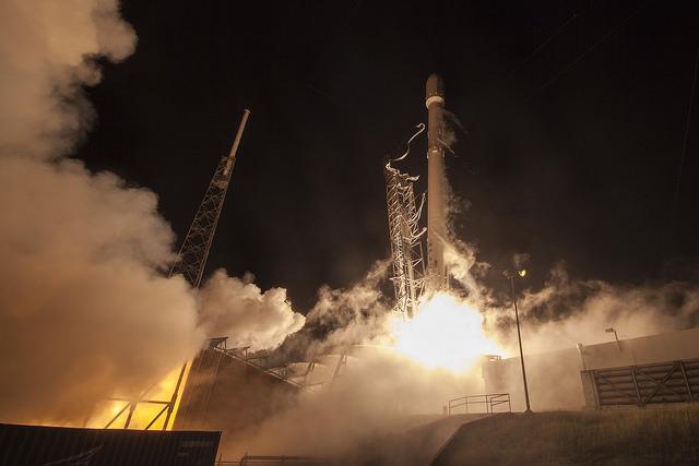 Une fois que les neuf moteurs Merlin de la fusée auront passé un contrôle de santé automatisé, les pinces de maintien libéreront le booster Falcon 9 pour le décollage du Complex 40.