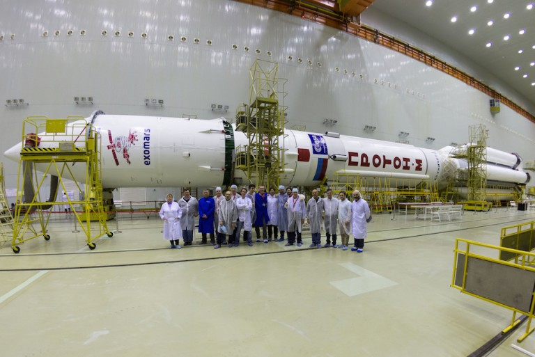 ExoMars2016_Baikonur_team_with_Proton_20