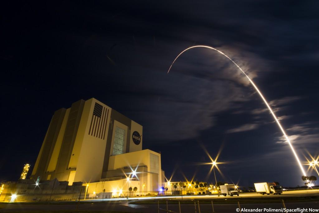 The Atlas 5 streaks to orbit. Credit: Alex Polimeni / Spaceflight Now