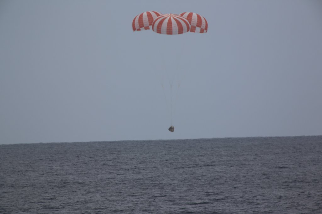 The Dragon spacecraft descends to the Pacific Ocean on Wednesday. Credit: SpaceX