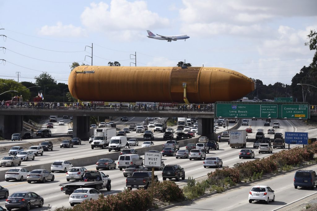 The external tank crosses the 405 Freeway. Photo by Gene Blevins/LA Daily News