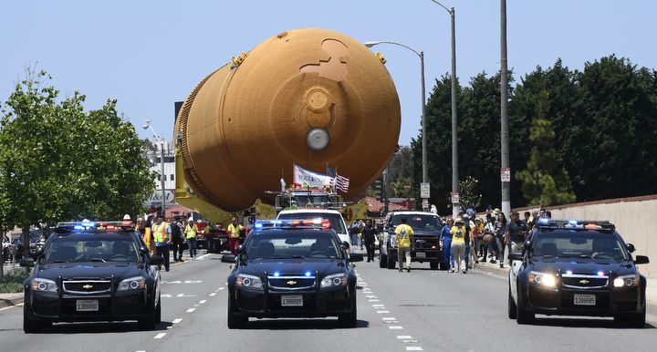 On Manchester Blvd. approaching The Forum. Photo by Gene Blevins/LA Daily News
