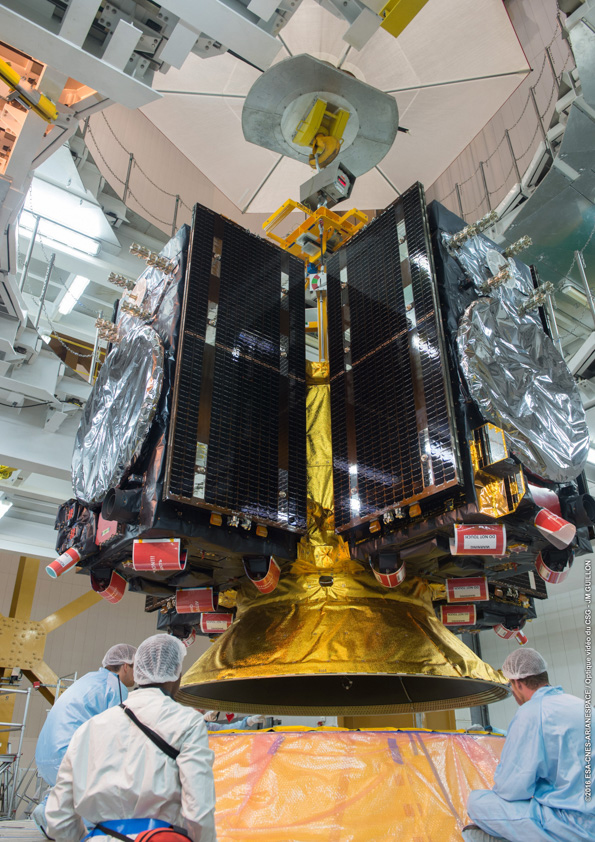 Ariane 5 technicians oversee the attachment of the Galileo satellites and their dispenser on the rocket's upper stage. Credit: ESA/CNES/Arianespace – Photo Optique Video du CSG – JM Guillon