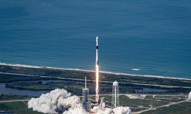 Raketa Falcon 9 už po šesté přistála po úspěšném letu na oběžnou dráhu