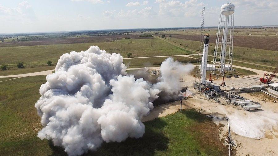 První raketa Falcon 9, která ponese astronauty do vesmíru, prošla prvním testovacím zážehem