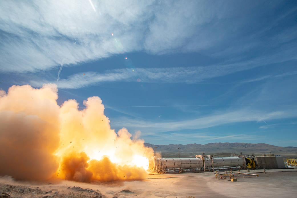 Statický zážeh motoru na tuhá paliva pro raketu SLS