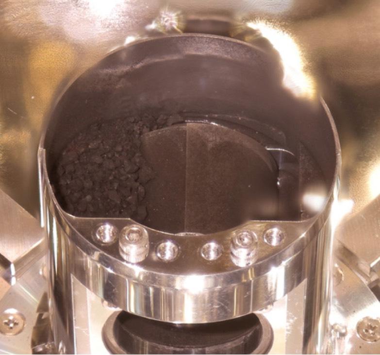 Japonští vědci ukázali vzorky hornin, které sonda Hayabusa2 přivezla z planetky Ryugu
