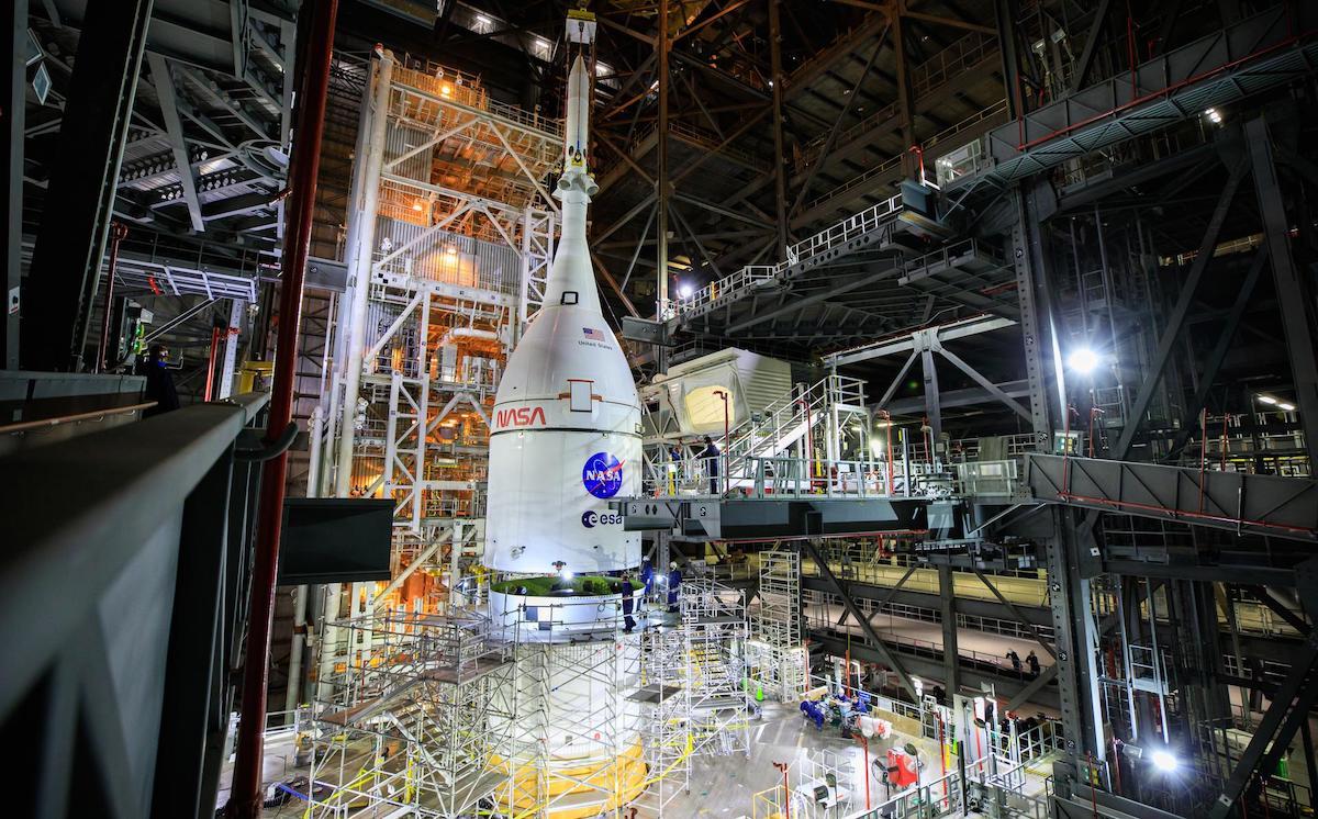 La nave espacial Orion apila las coronas del primer ensamblaje del cohete lunar Artemis – vuelo espacial ahora